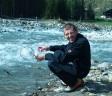 Robert Moser, künftiger NatureWatchGuide aus dem Zillertal, auf der Suche nach Tieren im Gebirgsbach - macht augenscheinlich Spass (frisch und fröhlich das Wasser erleben :D))